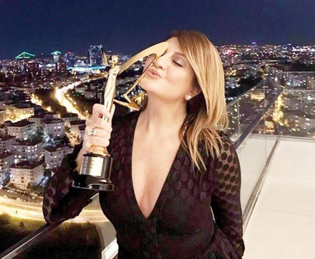 """Ödülünü Balkondan İstanbul'la Paylaştı    Sibel Can, törenden """"fantezi/halk müzik kadın solist"""" ödülüyle ayrıldı. Ünlü şarkıcı, gecenin sonunda Raffles Otel'deki odasının balkonunda, İstanbul manzarasına karşı yeni ödülüyle poz verdi."""