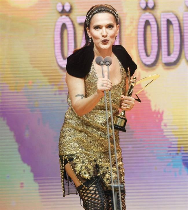 """20. yıl Ödülü   Demet Akalın, geceden müzikte 20. yıl özel ödülü ile ayrıldı. Ünlü şarkıcıya ödülünü """"20 senelik dostum"""" dediği Ebru Gündeş teslim etti."""