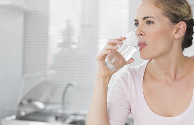 Günde 8 Bardak Su İçmelisiniz   Vücudumuz sıvı dengesini çok iyi düzenler. İhtiyacımız olan sıvıyı sadece sudan değil yediğimiz gıdalardan da alacağımız için 8 bardak su içmek gerekmemektedir.