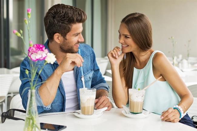 İLK RANDEVU AKŞAM OLMASIN   Önce bir kahve içmeye çağırmalısın. Akşam yemeği insanların bazı şeylere kendisini zorunlu hissetmesine yol açıyor. Birlikte içeceğiniz bir kahve bir sonraki randevuya sizi hazırlar. O sohbet güzel geçerse ikinci randevu davetin asla reddedilmeyecektir.