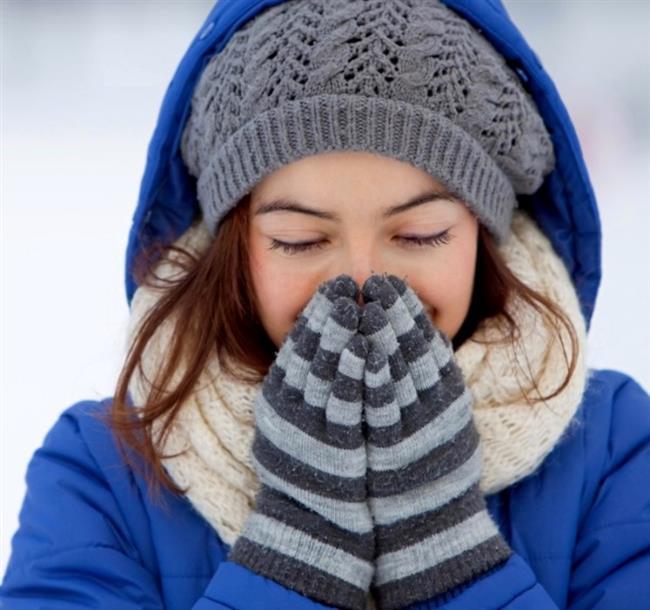 Soğuk havalar,kimi zaman canımızı sıksada eldivenler,şapkalar,montlar derken kış kapıya dayandı.Hepimiz soğuk havalardan uzak durup evde oturmayı tercih etsek bile soğuk havaların bilmediğimiz birçok faydası var.