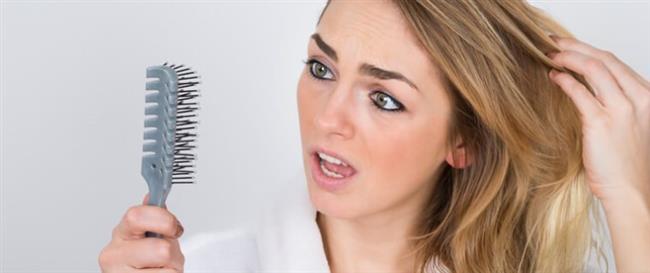 Dökülen saçlarımızın yeniden çıkmasına yardımcı olabilmek amacıyla başınıza yaklaşık sıfır derecede hazırlanmış buz torbası ya da özel hazırlanmış bir kasket yerleştirebilirsiniz. Uzmanlar, soğuğun da etkisiyle saç derisinde bulunan kan damarlarının büzüldüğünü ve saç köklerinin canlandığını anlatıyor.