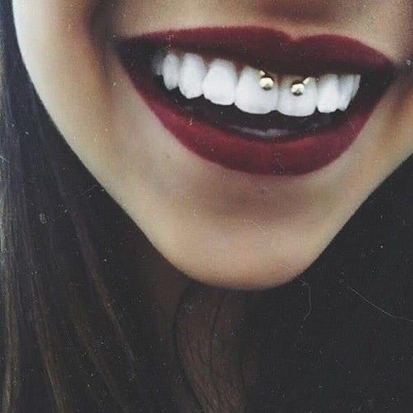 Diş Aksesuarları  Erkeklerin doğallıktan hoşlandığını zaten söylemiştik. Hemen belirtelim dişlerinize taktırdığınız o renkli taşlar sevgililerinizin hiç hoşuna gitmiyor. Sizin o içten ve sıcak gülüşünüz varken taşa ne gerek var öyle değil mi?