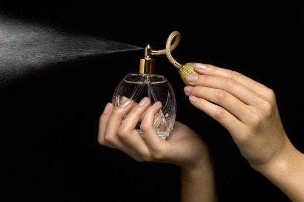 Parfümünüzü önce havaya sıkıp sonra içinden geçerek üzerinize sinmesini sağlayın.