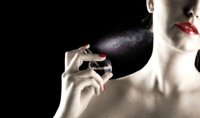 Doğru parfüm seçimi yaparken en önemli kokuyu beğenmeniz değil bedeninizde nasıl koktuğudur. Modada olduğu gibi parfümde de en güzel parfüm kendine yakışanı bulmaktan geçiyor.Parfümler kokularını, cilt kokusuyla birleşerek gösterirler.
