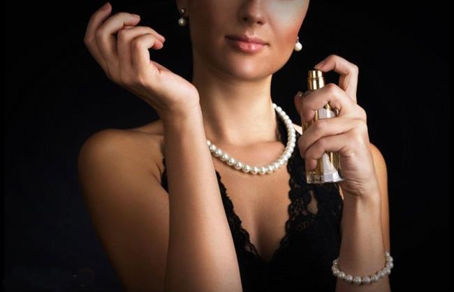 Kendi parfümünüze karar verirken öncelikle bileğinizi iç tarafına bir parça sıkın ve üstünden 10 dakika geçmesini bekleyin. Bu sürede alkol buharlaşır ve vücudun kimyasıyla uyumu tamamlanarak gerçek etkisi ortaya çıkıyor. Bu yöntemle en fazla 3 kokuya bakın.