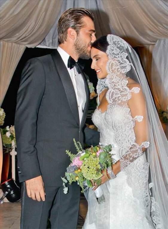 Engin Altan Düzyatan-Neslişah Alkoçlar  26 Temmuz 1979 İzmir doğumlu yakışıklı oyuncu eşinden tam 10 yaş büyük.