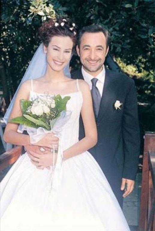 Mehmet Aslantuğ-Arzum Onan  Magazin dünyasının parmakla gösterilen örnek çiftinin arasında 12 yaş fark var.Mehmet Aslantuğ kendi gibi oyuncu eşi Arzum Onan'dan 12 yaş daha büyük.