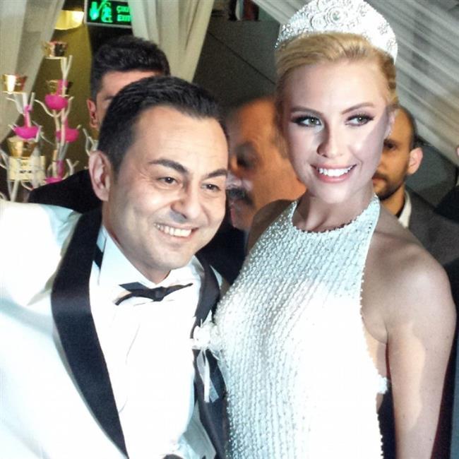 Serdar Ortaç-Chloe Loughnan  Aralarındaki yaş farkı tüm Türkiye'de çok konuşulan hala magazin gündeminden inmemiş bir çift!Aralarında tam 23 yaş fark var.Ünlü şarkıcı Serdar Ortaç eşinden 23 yaş daha büyük.