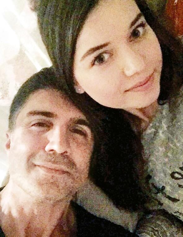 """Samimi poz  """"İkinci Şans"""" filminin 19 yaşındaki oyuncusu Afra Saraçoğlu, sosyal medyada Özcan Deniz'le selfie'sini paylaştı. Kalp sembolü koyup """"Hocam"""" yazarak sayfasına yüklediği bu kare, ikili arasındaki aşk dedikodularını alevlendirdi."""