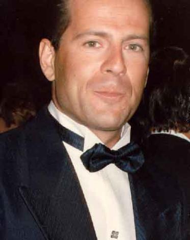 Bruce Willis  Uzun yıllar barmenlik yapan Bruce Willis'in hayatı da filminde bir barmene ihtiyaç duyan film yapımcısının teklifiyle bir anda değişti.