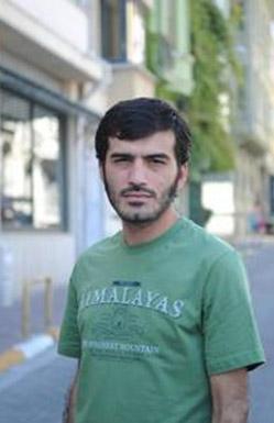 Demirkubuz, Bayraktar'ı babasının Cihangir'deki kahvesinde çalışırken fark etti.