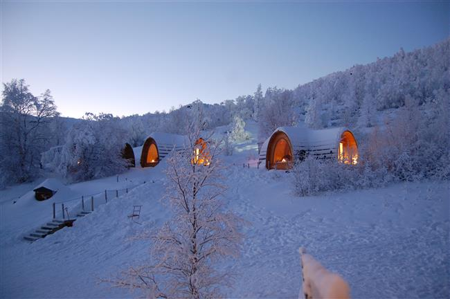 11. Igloo Village, Slovenya  Slovenya'nın bu Eskimo oteli, tünellerle birbirine bağlı olan bir Eskimo Köyü'nün parçası. Bu otel kesinlikle lüks arayanlar için uygun değil, çünkü otelde duş yok! Duş yapmak isteyenler, biraz fazlaca serinletici olacak bir kar banyosu yapmayı tercih ederler mi bilinmez ama oteldeki Eskimo yapımı özel üretim şaraplar, ısınmak için keyifli bir seçenek sunuyor.