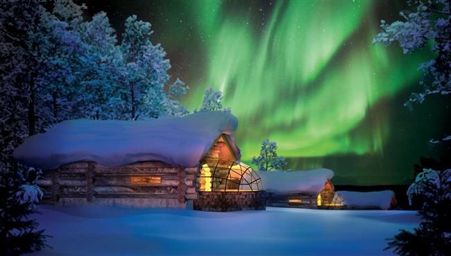 3-Arctic Resort Kakslauttanen, Finlandiya  Eğer cam tavanlı sıcacık bir Eskimo kulubesinde kalıp, gece yatağınıza uzanmışken Kuzey Işıklarını izlemek isterseniz, Finlandiya'daki Arctic Resort Kakslauttanen bu konforu fazlasıyla sunuyor. Kuzey Kutbu Dairesinin 250 km kuzeyinde yer alan Kakslauttanen, uzak görünse de Ivalo Havalimanı'na sadece 30 km uzaklıkta bulunuyor.