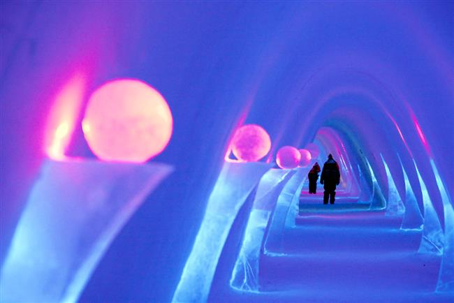 """6. Snow Village, Finlandiya  20000 metrekarelik bir alana kurulu olan Snow Village, yani """"Kar Köyü"""", her yıl kış aylarında misafirlerini farklı bir şekil ve boyutla karşılıyor. Kar odaları, süitler, buz restoranı ve buz barının yanı sıra Snow Village, buzdan yapılmış heykeller ve sanat eserlerinin sergilendiği buzdan koridorları ile de konuklarını ağırlıyor. Her sene 15.000 ton kar ve 300 ton kristal berraklığındaki doğal buz karışımıyla yeniden inşa edilen otelde 30 oda bulunuyor. Otelde, buzun üzerinde uyumak istemeyenler için özel ısıtmalı odalar da mevcut."""