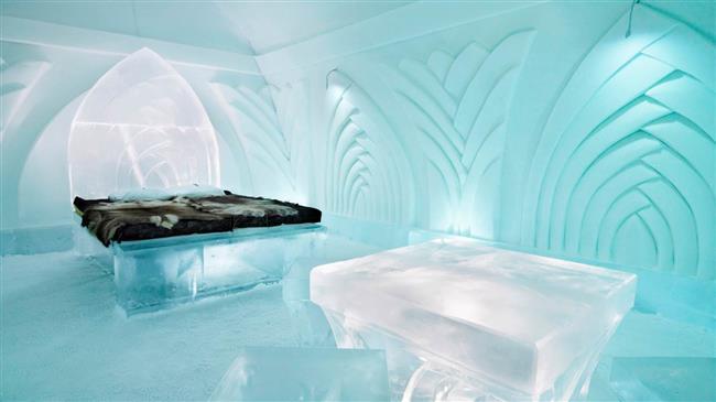 1. Jukkasjärvi Ice Hotel, İsveç  Türünün ilk (ve halen en büyük) örneği olan Jukkasjärvi Ice Hotel, 66. kuzey enleminde, Kuzey Kutup Dairesi'ne 200 km uzaklıktaki küçük bir kasabada bulunuyor. Yalnızca 1100 kişinin ve çok sayıda köpeğin yaşadığı bu küçük yerleşim yeri, küçük olmasına küçük ama her yıl kış aylarında Kuzey Işıkları'nı gözlemlemek isteyen 50.000 kişiyi ağırlıyor. 5500 metrekarelik bir alanı kaplayan otelde hemen hemen tüm mobilyalar buzdan yapılmış, ama neyse ki banyolarda ısıtma var! Otel, her yıl Aralık ayından Nisan ayının ortalarında buzlar erimeye başlayana kadar hizmet veriyor.