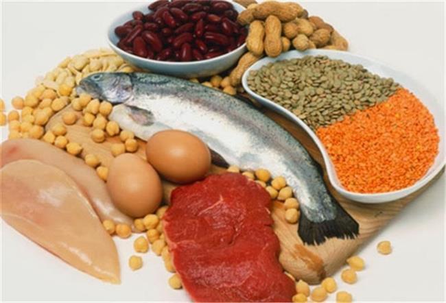 B Vitamini: B vitamini türü olan niasin (B3 vitamini) akne tedavisinde kullanılır. Ayrıca anti-tümör etkisinden dolayı, cilt kanseri tedavisinde de bir seçenek olarak karşımıza çıkar. Tavuk, balık, Şam fıstığı, hindi ve tam tahıllı ürünlerde bulunur.