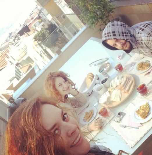 Ezgi Mola arkadaşlarını evinde ağırlamayı seviyor. Genç oyuncunun evinden bakılınca da İstanbul Boğazı manzarası görmek mümkün.