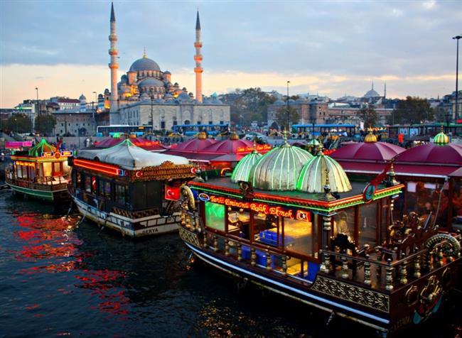 Eminönü'nde Balık Ekmek  Eminönü meydanındaki balık ekmekçilerin kokusuna iç geçirmeyen yoktur.Balık ekmek salata menüsü birçok yerde 10 TL. İstanbul'un müdavimlerinin sık sık uğradığı yerde mutlaka bu lezzeti tatmalısınız.
