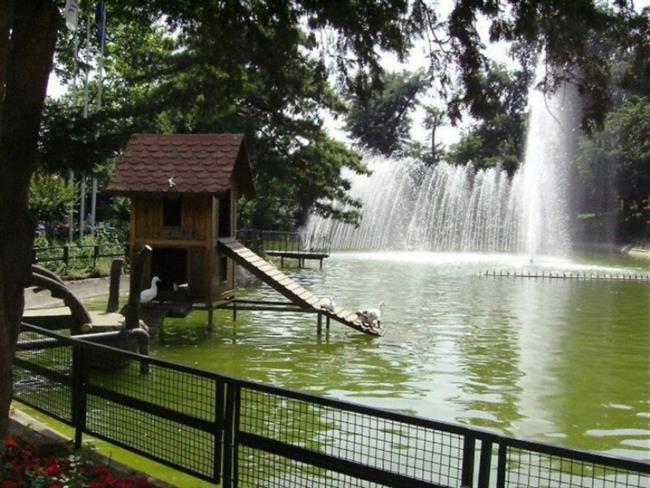 """Yıldız Parkı  Doğa ve tarihin iç içe geçtiği içinde tarihi köşkleri barındran bu park sessiz bir yürüyüş için en doğru tercih.  <a href= http://mahmure.hurriyet.com.tr/foto/yasam/istanbulda-sevgili-ile-gidilecek-12-romantik-yer_41127 style=""""color:red; font:bold 11pt arial; text-decoration:none;""""  target=""""_blank"""">İstanbul'da Sevgiliyle Gidilecek 12 Romantik Yer  İçin Tıklayınız!"""