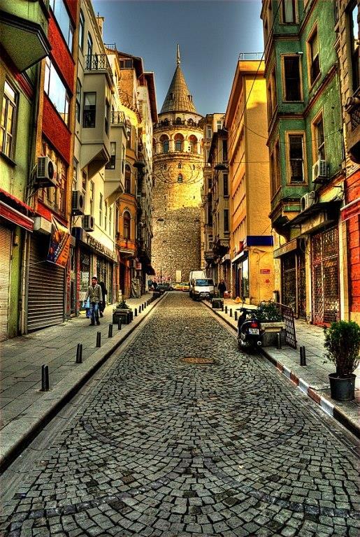 Galata Kulesi'nden İstanbul'u Seyretmek  İstanbul'u seyretmeye doyamayacağınız nadide manzaralardan biri.Giriş hem öğrenci hem de tam 6.5 TL.