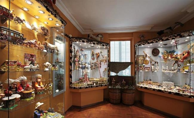 Oyuncak müzesi  2005 yılında Sunay Akın tarafından kurulan müze, Türkiye'de oyuncak müzesi alanında bir ilk.1700'lü yıllardan günümüze dek uzanan oyuncak kültürünün kısa ama güzel bir özeti olan müze, belki de çocuklardan çok yetişkinlere hitap eden, onları çocukluklarına kadar alıp götürebilecek bir konsepte ve oyuncaklara sahip bu müzeyi mutlaka gezmelisiniz.