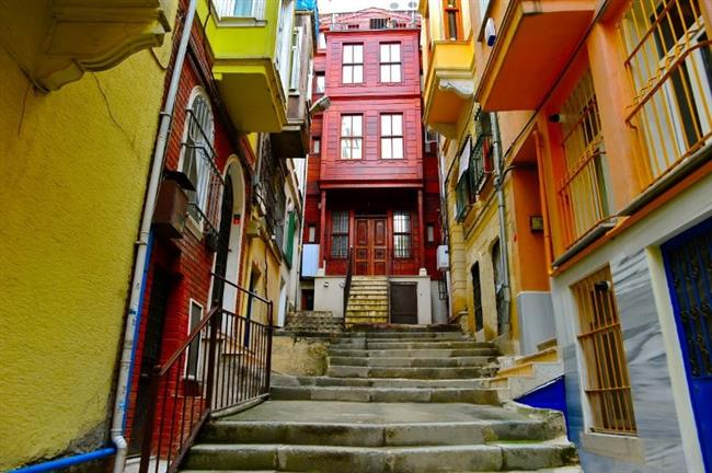 Cihangir'in Renkli Sokakları  Beyoğlu bölgesinin kalbindeki Cihangir'de herhangi bir öğle öncesinde modern İstanbulluların sokaklardaki dini ritüellerini uygulayışlarına denk gelebilir hatta onları fotoğraflayabilirsiniz.Renkli ev ve merdivenleriyle meşhur Cihangir size güzel dakikalar yaşatacaktır.