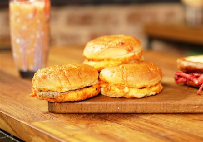 Taksim'in Vazgeçilmezi Islak Hmburger  Belki de sizi en ucuza en mutlu edecek olay ıslak hamburger yemektir.Bir yiyenin mutlaka ikincisini yediğini düşünürsek Taksim'e gitmek için artık daha çok nedeniniz olmuş demektir.Bu lezzete mutlaka şans vermelisiniz.
