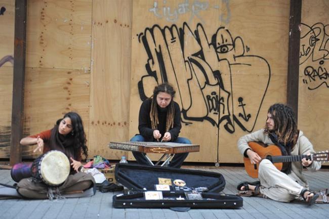 İstiklal'in Müzikal Ruhu  İstiklal Caddesine adımınızı attığınızda her köşesinde yetenekli müzisyenlerle karşılaşabilirsiniz.Oldukça samimi bir şekilde size mini bir konser veren bu müzisyenler gününüzü renklendirecektir.