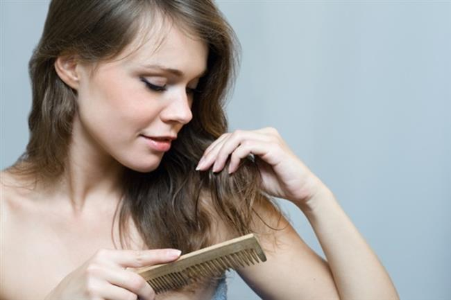 """Saç yıkamak zincirleme reaksiyona benzer; şampuan, nemlendirici, fön, parlaklık veren serum... Eh, tüm bunlar da sabahları minimum 45 dakikayı gözden çıkarmanız demektir. Bu arada unutmayın, saç yıkandıktan bir gün sonra daha güzel görünür. Görünmüyor mu? O halde işte başvurmanız gereken hileler... Saçınızı daha dün sabah yıkamıştınız, ama sigara ve yemek kokuları üzerine yapışıp kaldı. Merak etmeyin, sizi şampuanlama derdinden kurtaracak çok özel ürünler var. Bir tüyo daha; saçınızın sadece görünen kısımlarını ve kâküllerinizi yıkayıp kurutursanız, saçınızın tümü kısa yoldan temiz görünür. Haftada iki kez kuaförde fön çektirmek; çalışan kadın için tam bir kurtarıcıdır. Saçlarınızın kirlenme süresine bağlı olarak,en az iki gün boyunca """"Saçım bugün nasıl görünüyor?"""" stresi yaşamadan evden fırlayabilirsiniz."""