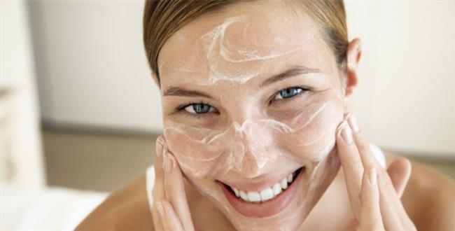 Uykuda geçen vakti de güzelliğiniz için kullanabilirsiniz.Yatmadan önce retinol veya glikolik asit içeren bir kremi maske şeklinde yüzünüze sürün. Sabah kalktığınızda ölü derilerinden arınan cildiniz ışıl ışıl görünecektir. Cildiniz duyarlıysa, yüzünüzü salisilik asit içeren bir temizleyiciyle yıkayıp, hyaluranik asit içeren bir kremle nemlendirin. Saçınıza ve cildinize nem vermesi için yatak odanıza havayı nemli tutan bir buhar aleti koyun. Saçlarınız uzunsa, iki yandan örerek uyuyun. Hem birbirlerine dolaşmazlar, hem de son derece düzgün dalgalarınız olur. Parlaklık veren bir serumla son noktayı koyun. İpek ve saten yastık kılıfları kullanırsanız fönünüz daha uzun süre dayanır. Yüzünüzde oluşan yastık izlerinden kurtulmanız da cabası.