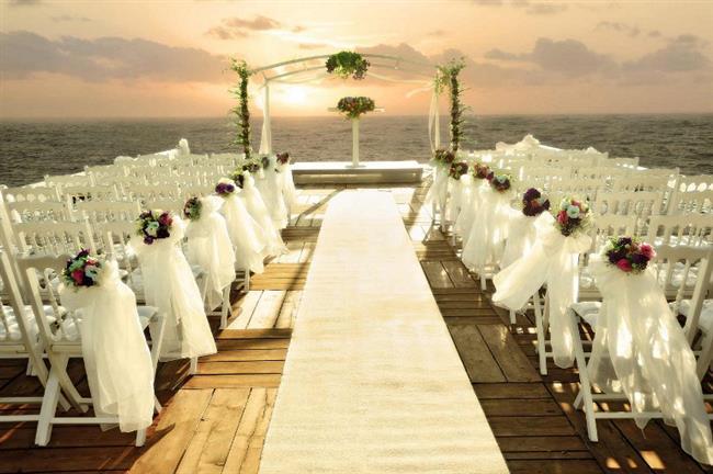 DÜĞÜNLERDE YENİ TRENDLER   2017 yılında gelin ve damatlar daha modern ve kişiselleştirilmiş detaylarla düğün organizasyonlarında farklılık yaratacak. Düğünler alternatif mekanlarda, daha samimi, abartıdan uzak, doğal ve eğlenceli olacak. Yeni sezonda gerçekçilikten uzaklaşmayan, minimalist, sade ama iddialı detaylar,  gelinlikten davetiyeye, gelin çiçeğinden damatlığa, masa süslemesinden ilk dans müziğine kadar düğün organizasyonlarına hakim olacak.   İstanbul Lütfi Kırdar'da Patika Fuarcılık tarafından 15. kez düzenlenecek olan Evlilik Dünyası Fuarı'nın konsepti de bu yıl 'Modern Zaman Gelinleri' olarak belirlendi. Değişen trendleri ve yenilikleri evlenecek çiftlerle buluşturmayı hedefleyen ve 3-5 Şubat'ta İstanbul Lütfi Kırdar'da yapılacak olan Evlilik Dünyası Fuarı, tüm trendleri bir arada bulabileceğiniz bir ortam yaratıyor. İşte fuarda bu yıl bulabilecekleriniz ve düğün organizasyonunda yeni trendler: