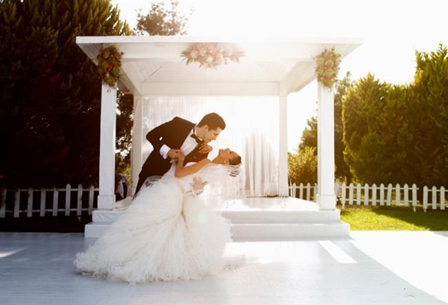 DÜĞÜN DANSI   Unutulmaz bir düğünün unutulmaz anlarından bir tanesi de gelin ve damadın ilk danslarıdır. Öncelikle müzik konusunda seçim yapmak gerekiyor. Daha sonrasında da müziğe uygun figürleri profesyonel kişilerden öğrenmek ve kimi çiftler için endişe veren bu anları ölümsüzleştirmek için çalışmak gerekiyor. Gelin ve damat adayları, düğün öncesinde zaman ayırarak düğün danslarına uygulamalı derslerle müzik eşliğinde çalışmalı, tüm davetlileri büyüleyecek o gösteriye hazırlanmalılar.