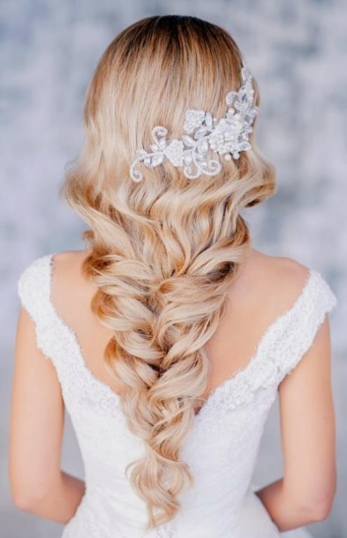 SAÇ    Sıra saç modeline karar vermeye geldi. Nasıl görünmek istediğinizin yanı sıra düğünün mevsimi ve davet mekânı da önemli kriterlerdir. Örneğin kır düğünlerinde genelikle doğal, örgülü ve bohem tarzlar tercih edilir. Balo salonunda yapılacak bir düğünde ise açık ve temiz taranmış retro dalgalı saçlar ile güçlü bir görünüm ve prenses havası yaratılabilir.   Düğünün konsepti sarayda şık ve klas bir davet ise İspanyol tarzı saç modelleri de seçenekler arasında.Son yılların modası doğal görünüm için; yüz hatlarına uygun saç modelleri özellikle tercih edilmeli. Doğal görünümü desteklemek için saçların içine eklenecek çiçekler yeterli olacaktır