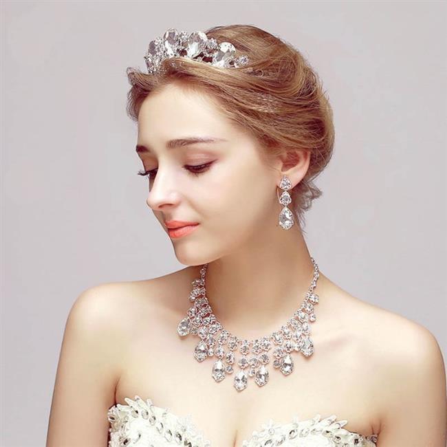 TAKI-PIRLANTA   Günlük hayatta daha spor ve sade giyiniyor, ağır takıları tercih etmiyor, hatta hiç takı kullanmıyor olabilirsiniz. Fakat hayatınızın en önemli gününde biraz iddialı olmanın kimseye zararı dokunmaz. Düğünde takılacak takılar, düğün mekânı, düğün konsepti ve gelinlik ile uyum içinde olmalı.   Saray düğünü için iri taşlı, vintage elmas gerdanlık ve küpeler tercih edilmeli. Açık havada yapılan kır veya plaj düğününde ise ağır ve gösterişli takılar yerine beyaz inciler tercih edilmeli. Son zamanlarda renkli pırlantalar hem şık hem de sade görünüme sahip olduğu için gelinler tarafından daha çok tercih ediliyor.