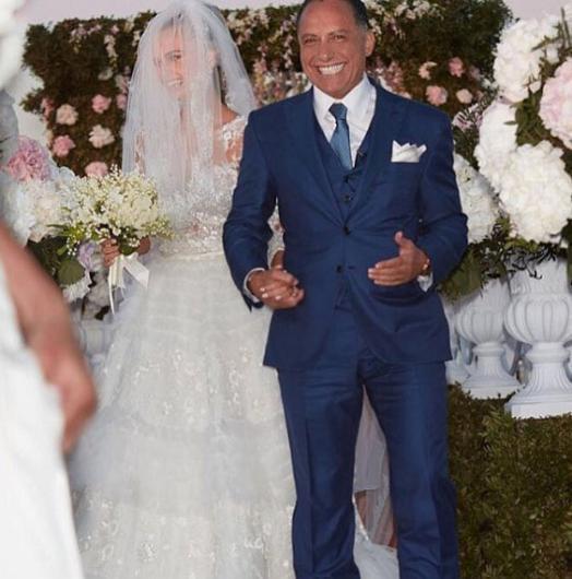 Justin Bieber'ın What Do You Mean adlı şarkısının klibindeki cesur sahneleriyle konuşulan model Xenia Deli, kendisinden 36 yaş büyük Mısırlı işadamı Ossama Fathi Rabah Al-Sharif ile Yunanistan'ın Santorini adasında evlendi.
