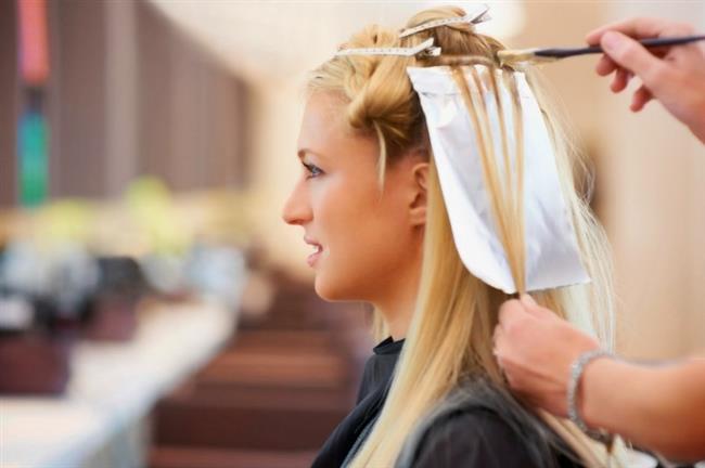 """""""Boya saçı besliyor""""    Yanlış. Saça uygulanan yanlış boyalar ve o boyanın çıkarılması için hemen ardından yeniden işlem uygulanması yüksek derecede saça zarar vermektedir. Açıcılar saçta stres yaratır, elektriklenmesine ve saçın incelmesine yol açar. Son yıllarda yaygınlaşan organik boyalar da saç için zararlıdır. Özellikle boyaların alerji riskinin yüksek olduğu unutulmamalıdır. Boya sonrası saçta yanma, kızarıklık ve aşırı şikayet olursa saç hemen yıkanmalı ve boya akıtılmalıdır."""