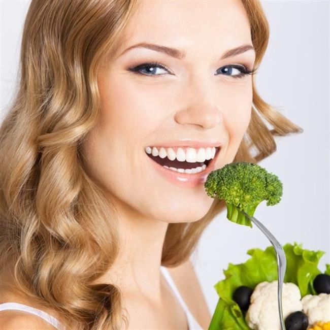 """""""Beslenme saç sağlığında etkili değil""""    Yanlış. Kötü beslenme alışkanlıkları saça zarar vermektedir. Vücut yeterli protein, vitamin ve minerali alamazsa saç da gelişememektedir. Yeme bozuklukları olan ve vejetaryen beslenen kişiler saçlarına daha fazla dikkat etmelidir. Özellikle kadınlarda belli dönemlerde görülen demir eksikliği saç yapısını olumsuz yönde etkilemektedir. Güçlü ve sağlıklı saçlar için tam tahıllar, somon, yumurta, mercimek ve yeşil sebzelerin tüketimine ağırlık verilmelidir."""