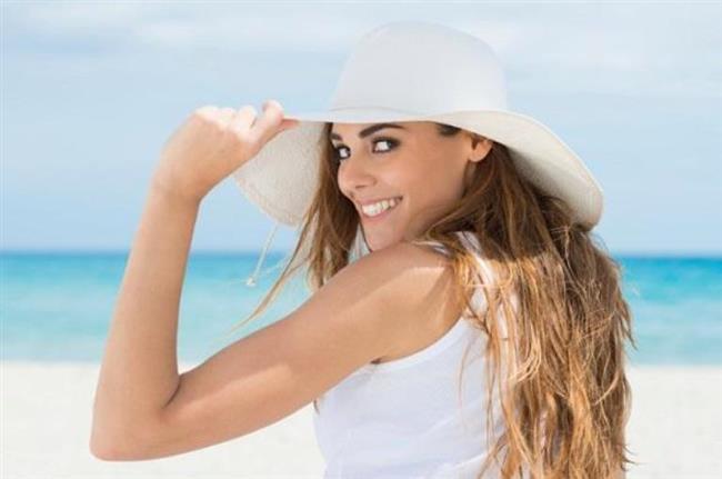 """Güneş saç sağlığını olumlu etkiliyor""""    Yanlış. Güneş ışınları sadece cilt değil, saç için de zararlı olabilmektedir. Özellikle yaz aylarında saçı korumak için fiziksel koruyucular tercih edilmeli, güneşlenme sırasında muhakkak şapka kullanılmalıdır. Yaz ve kış aylarında sık sık yüzme havuzlarını kullanan kişiler de dikkatli olmalıdır. Havuzdaki klor saçları yıpratabilir, bilhassa sarı saçların yeşil bir renk almasına neden olabilir. Bunu önlemek için de bone takılmalıdır."""
