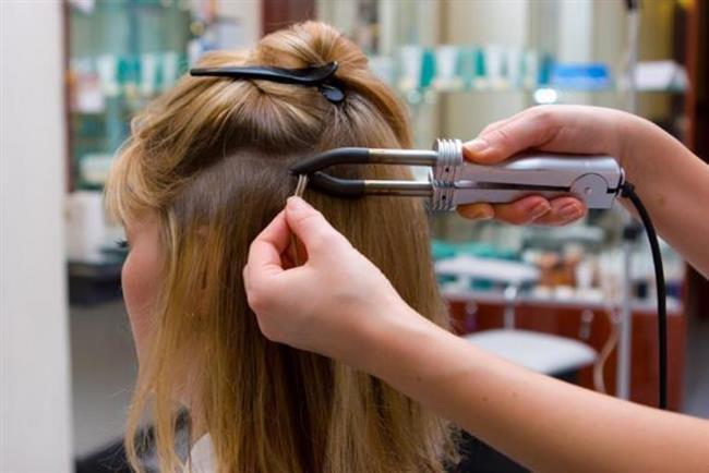 """""""Postişler saça zarar vermiyor""""    Yanlış. Saçları uzatma amaçlı kullanılan klipsler ya da yapıştırmalı postişler saça zarar vermektedir. Takma saçın yapıştırıldığı noktalar, kullanılan kimyasallar nedeniyle saçı yıpratır. Lokal olarak saçı etkilenmesinin yanı sıra ağırlık yarattıkları için de saçın dökülmesine neden olmaktadır. Sürekli yapılması durumunda kalıcı hasar da bırakabilir. Zorunlu olmadıkça yılda bir kereden fazla bunlar tercih edilmemelidir. Saçların sağlıklı uzaması için hekim yardımı almak ve doğru beslenme önemlidir."""