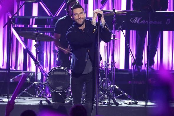 Marron 5 ve Kendrick Lamar'ın birlikte düet yapması beğenilmedi. Maroon 5'ın uyku getiren şarkısı havalı bir akşam için fazla bayıktı ve Lamar sahnede 20 dakika kaldı. Amerikan Müzik Ödülleri , American Music Awards , AMA