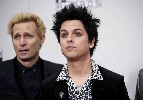 2016 AMA boyunca diğer sanatçılar Trump'a 'hafif' laf geçirirken, Green Day 'Bang Bang' performansı esnasında 'Trump yok, KKK yok (KKK: Ku Klux Klan, İngilizcede 'Toplumun iğrençliği yüzünden kendini üstün gören bir grup ırkçı moron' olarak argo kullanımı mevcut), faşist ABD yok' dedi. Trump seçildiği günden beri Twitter'daki sessizliğini koruyor. Green Day, Amerikan politikası konusunda söz sahibi olan ve pek çok şarkısında bunu dile getiren bir grup.