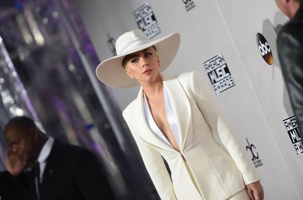 Gaga'nın sahne performansı çok beğenildi. Ancak eleştirmenler Gaga'nın sesini 'gırtlak yırtan' olarak tanımladı.