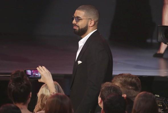 Taylor Swift'in Apple reklamından sonra Drake de Apple için yeni bir reklam çekti. Swift'in 'Bad Blood' şarkısını bu reklam için yeniden seslendiren Drake, Rihanna ayrılığını unutmuşa benziyordu.