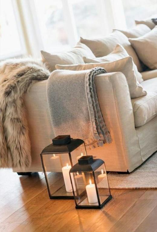Sıcak Dokular Katın   Kış aylarına yakışan kaşmir, yün, peluş gibi sıcaklık veren malzemeler ev tekstil ürünlerinde hakimiyetini sürdürüyor. Battaniye, koltuk ve yatak örtülerinde bu yumuşaklığı yakalayın.
