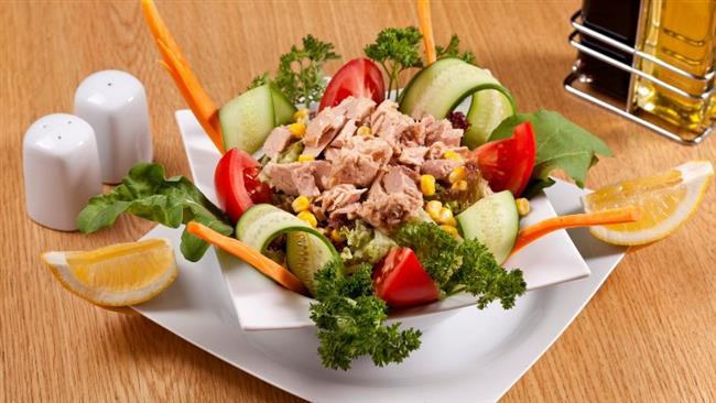 Cuma:  Ton balıklı yeşil salata. Bir adet katı pişmiş yumurta. Bir meyve