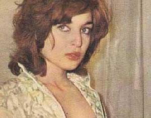 BİR SABAH UYANDI VE HAYATI DEĞİŞTİ   Yeşilçam'ın 1960 yıllarına damgasını vuran en güzel yıldızlardan biriydi Leyla Sayar. 1940 doğumlu oyuncu Yıldız Dergisi'nin düzenlediği artist yarışmasında başarı kazandı. Daha 1958 yılında sinemaya girdi.Bir dönem Ankara Devlet Tiyatrosu'nda eğitim gören Sayar 1957 yılında Üç Garipler filmiyle sinemaya adım attı. Ardından Duvaklı Göl, Dertl Irmak gibi yapımlar geldi.
