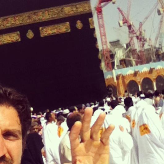 Umre ziyaretinden paylaştığı fotoğrafın altına 'Kâinatın en kutsal ve en temiz yeri Kâbe'den selam olsun! Yüce Yaratan herkese bu deneyimi nasip etsin.' notunu düştü.