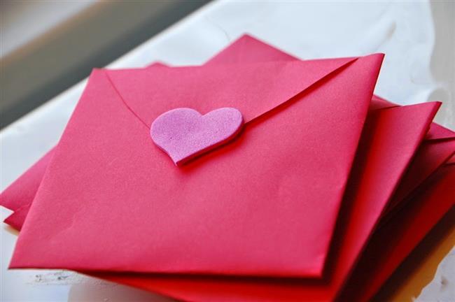 Ona mektup yazın. Eski bir yöntemde olsa hala romantik olduğunu kabul edin. Aklınızdan geçenleri bir kağıda dökün. Çalışma masasının üzerine veya yatağın içine bırakın.