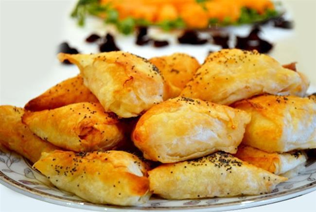 Muska Böreği   Malzemeler:   •2 adet yufka •yufkaları yapıştırmak için yarım çay bardağı su •50 gr pastırma •100 gr rende kaşar peyniri •2 adet orta boy domates •2 adet sivri biber •Kızartmak için sıvı yağ  Yapılışı:   Yufkanızı tezgaha serin ve iki parçaya katlayın ve 4 parmak eninde dilimlere ayırın. 2 yufkaya da aynı işlemi uygulayıp kenara ayırın. Domatesleri 4 parçaya bölün ve çekirdeklerini çıkarıp küpler halinde doğrayın. Biberi boyuna 2 parçaya bölün ve çekirdeklerini çıkarıp ince ince kıyın. Kaşar peynirini rendeleyin, pastırmaları ince ince kıyıp tüm iç malzemesini bir kap içinde karıştırın. Kestiğiniz şeridi tezgaha serin, ucuna istediğiniz kadar pastırmalı harçtan koyun. İç koyduğunuz yufkayı önce kendine doğru kare oluşturacak şekilde, sonra da sağa ve sola doğru düzgün üçgenler olacak şekilde katlayın. Yufkanın ucunu su ile ıslatarak muska şeklindeki börekleri kapatın. Tavaya yağı alın ve kızdırın, dikkatlice börekleri önlü arkalı nar gibi oluncaya kadar kızartın Pişen börekleri havlu kağıt serili tabağa alın ve sıcak servis yapın.